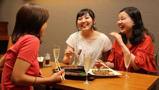 食事する女性たち